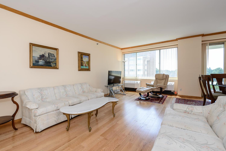 Nhà chung cư vì Bán tại Condo 111 Cherry Valley Ave 6 614 Garden City, New York, 11530 Hoa Kỳ