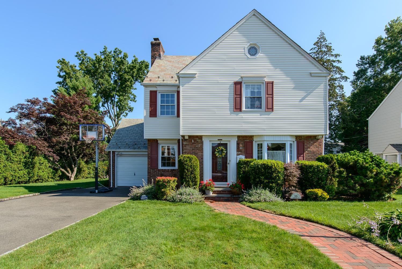 Casa para uma família para Venda às Colonial 55 Harvard St Garden City, Nova York 11530 Estados Unidos