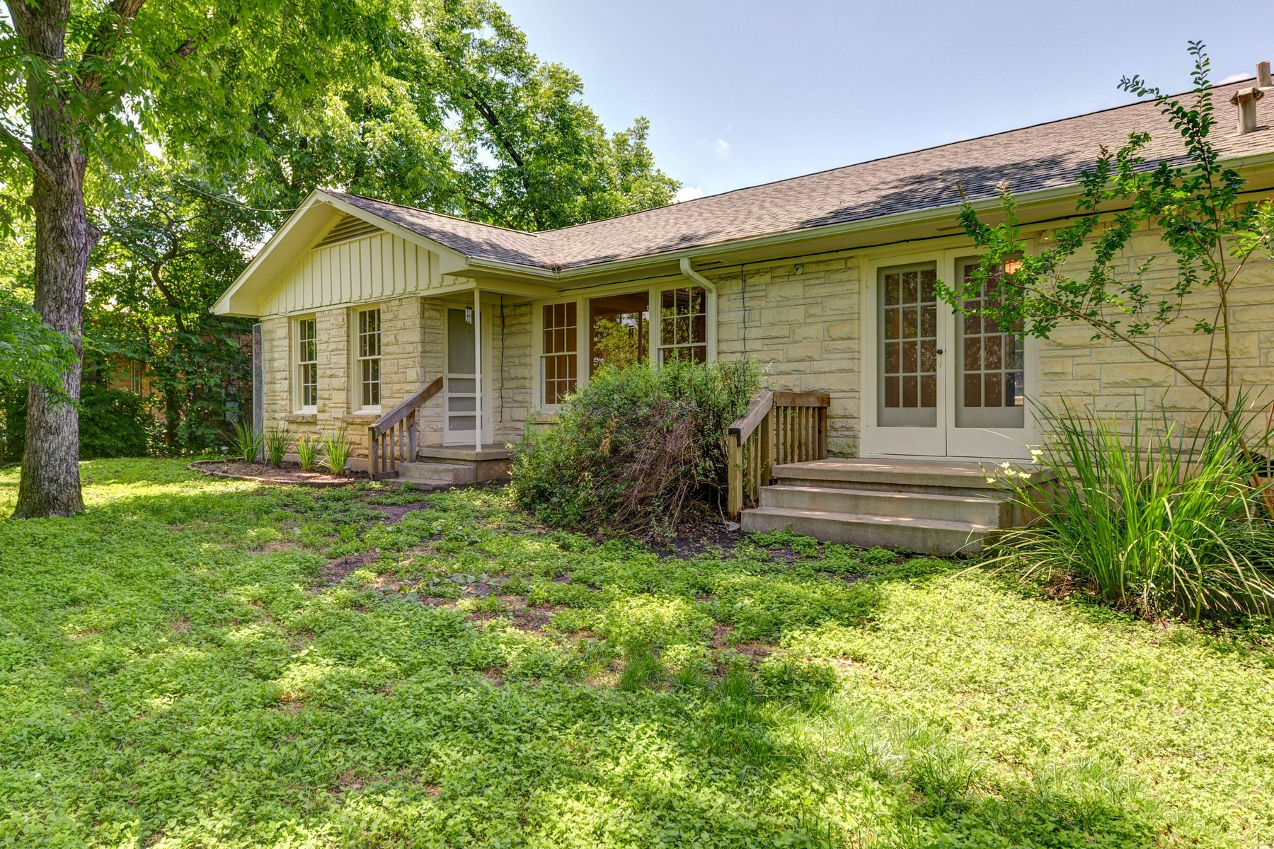 Additional photo for property listing at Well-maintained 1940's Home North of UT 838 E 37th St Austin, Texas 78705 Estados Unidos