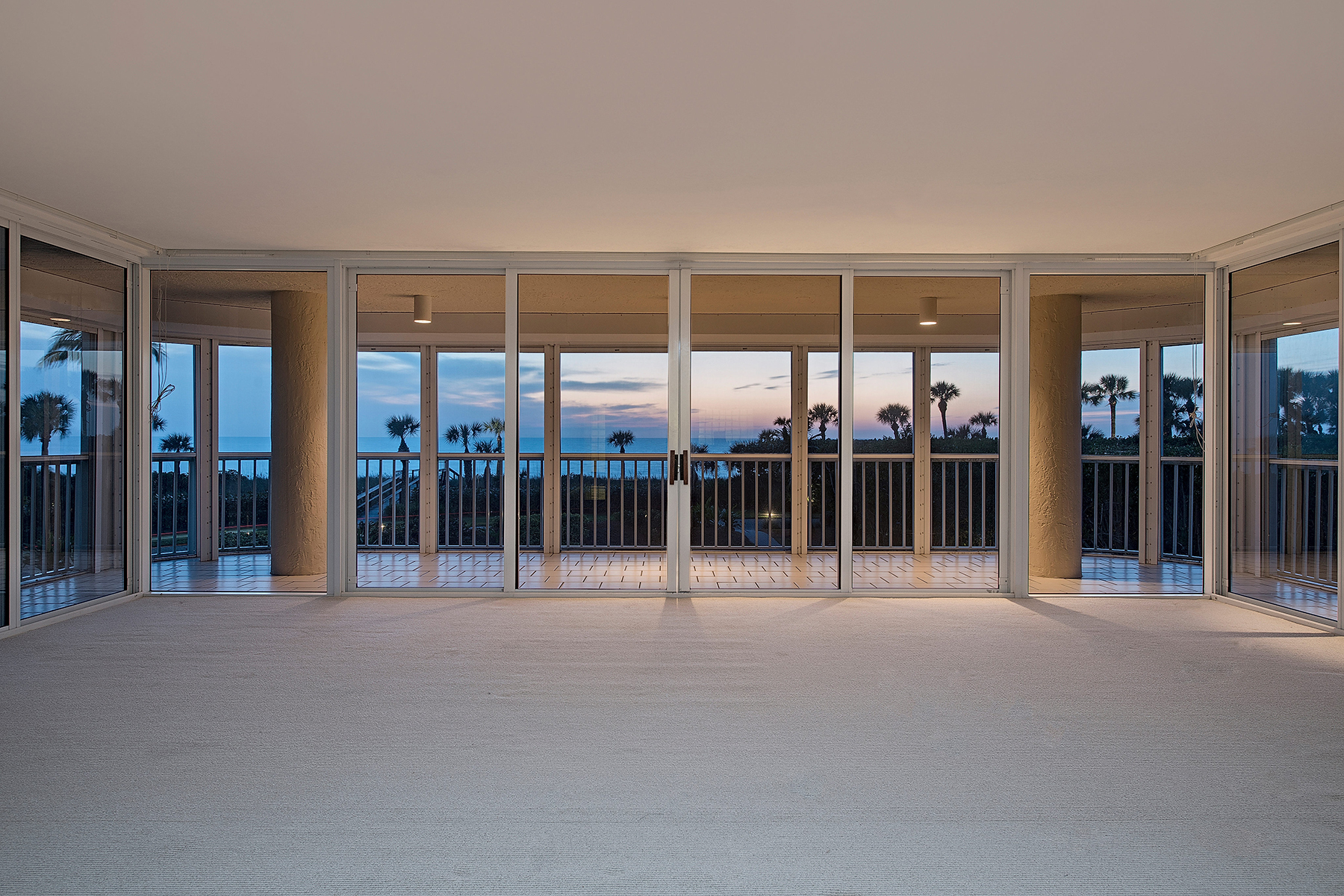 Condominio por un Venta en NAPLES CAY - BEACH HOUSE 20 Seagate Dr 102 Naples, Florida, 34103 Estados Unidos