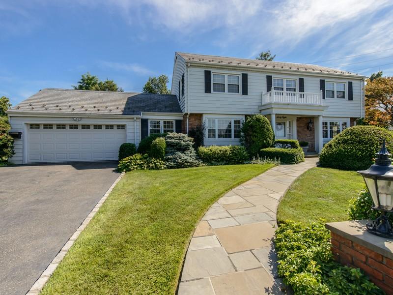 Nhà ở một gia đình vì Bán tại Colonial 68 Sully Dr Manhasset, New York 11030 Hoa Kỳ