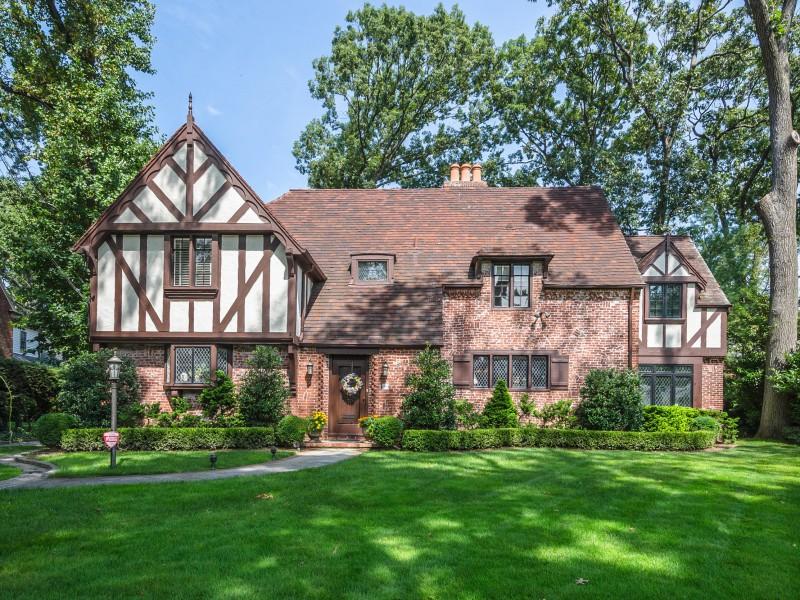 Einfamilienhaus für Verkauf beim Tudor 369 Ryder Rd Manhasset, New York 11030 Vereinigte Staaten