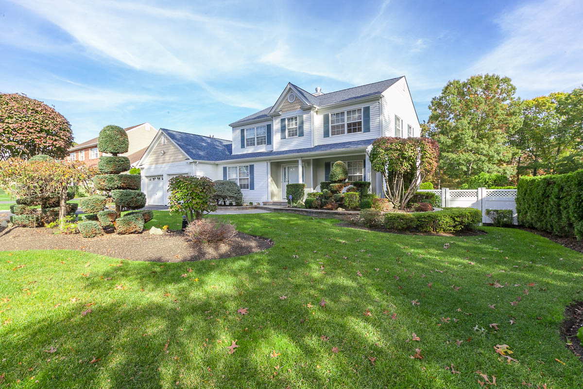 Single Family Home for Sale at Colonial 4 Windwood Dr Nesconset, New York, 11767 United States