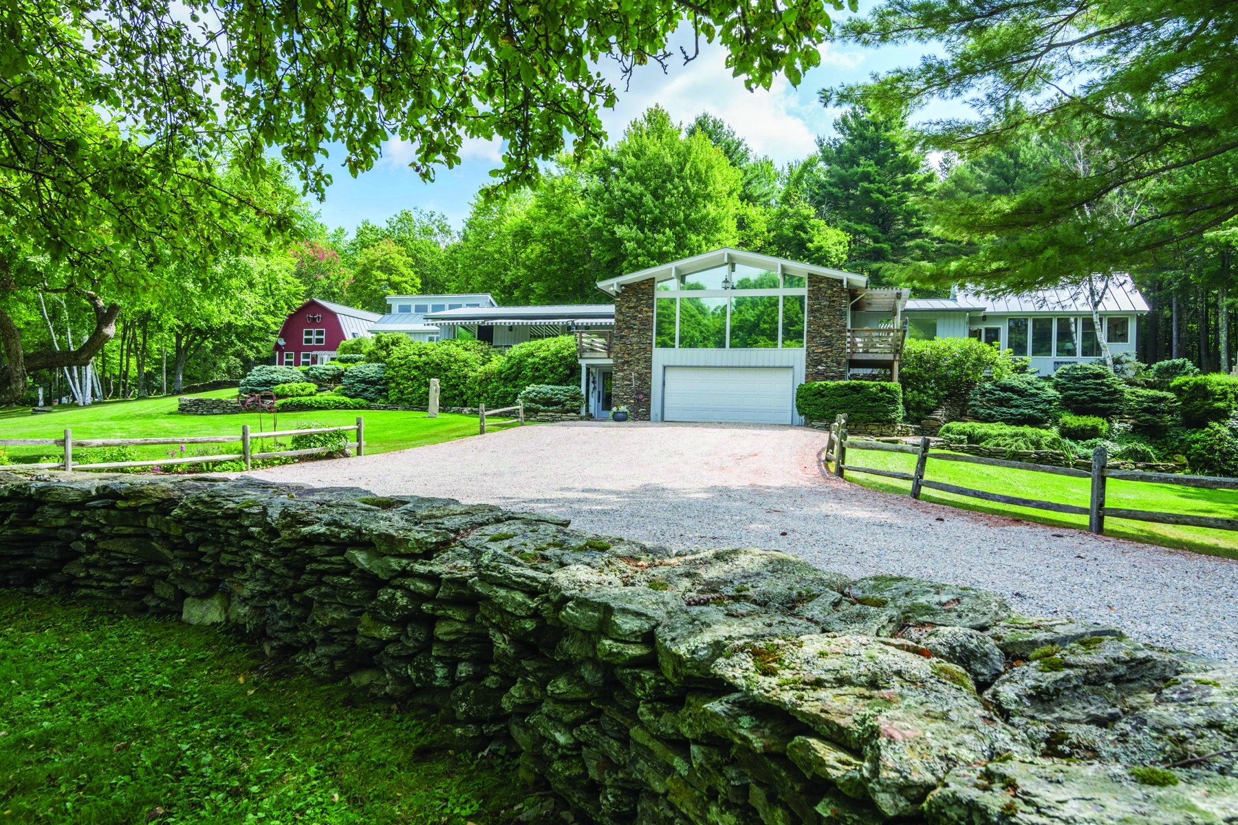 Casa Unifamiliar por un Venta en Contemporary Luxury on 31 Park-Like Acres 427 Forrest Farm Rd Pawlet, Vermont 05761 Estados Unidos