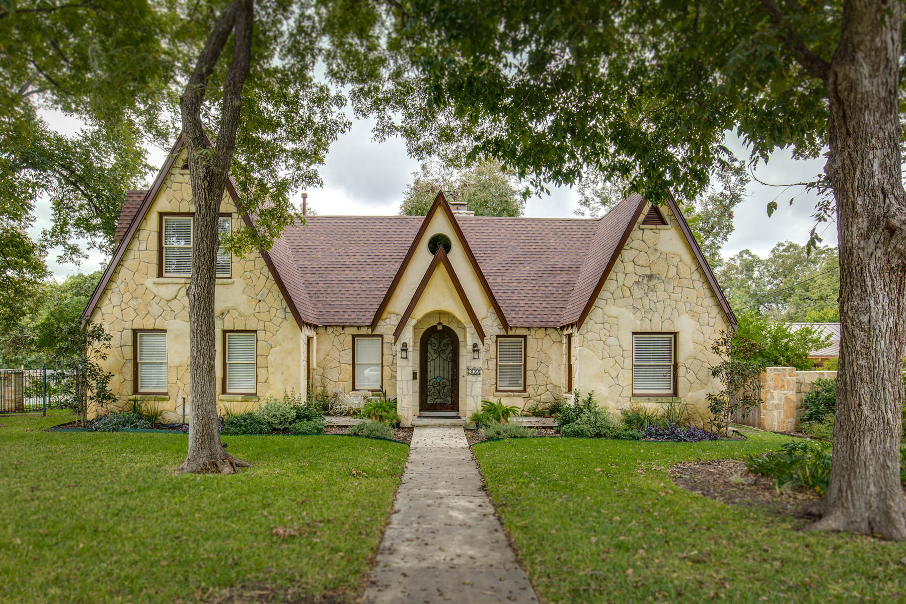 独户住宅 为 销售 在 Lovely Tudor Home in Alamo Heights 302 College Blvd Alamo Heights, San Antonio, 得克萨斯州 78209 美国