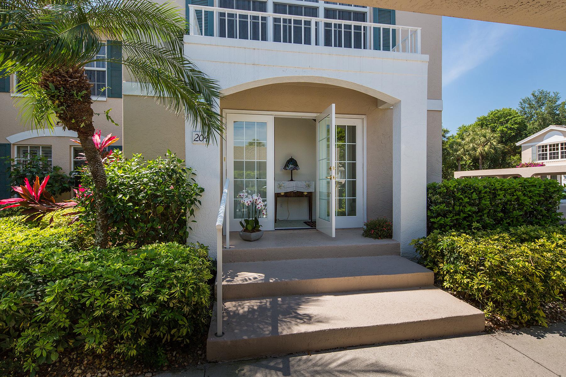 Condomínio para Venda às PELICAN BAY - LAUREL OAKS 841 Tanbark Dr 204 Naples, Florida 34108 Estados Unidos