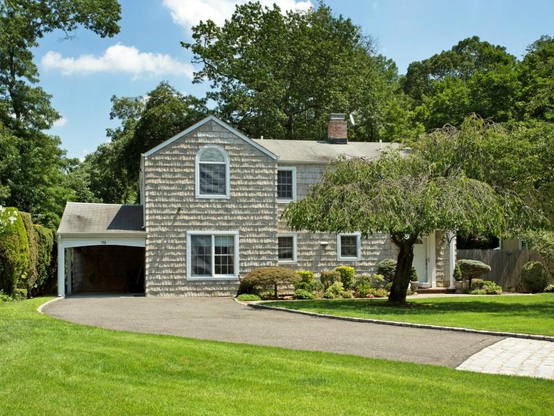 Casa para uma família para Venda às Colonial 112 Pinetree Ln Roslyn Heights, Nova York 11577 Estados Unidos