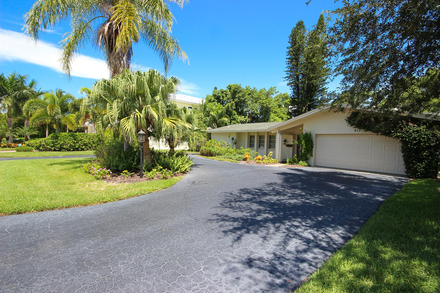Villa per Vendita alle ore THE MOORINGS 617 Binnacle Dr Naples, Florida 34103 Stati Uniti