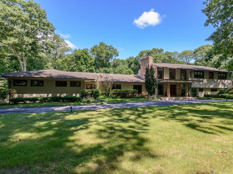 Casa para uma família para Venda às Colonial 1985-1 Private Rd Brookville, Nova York 11545 Estados Unidos