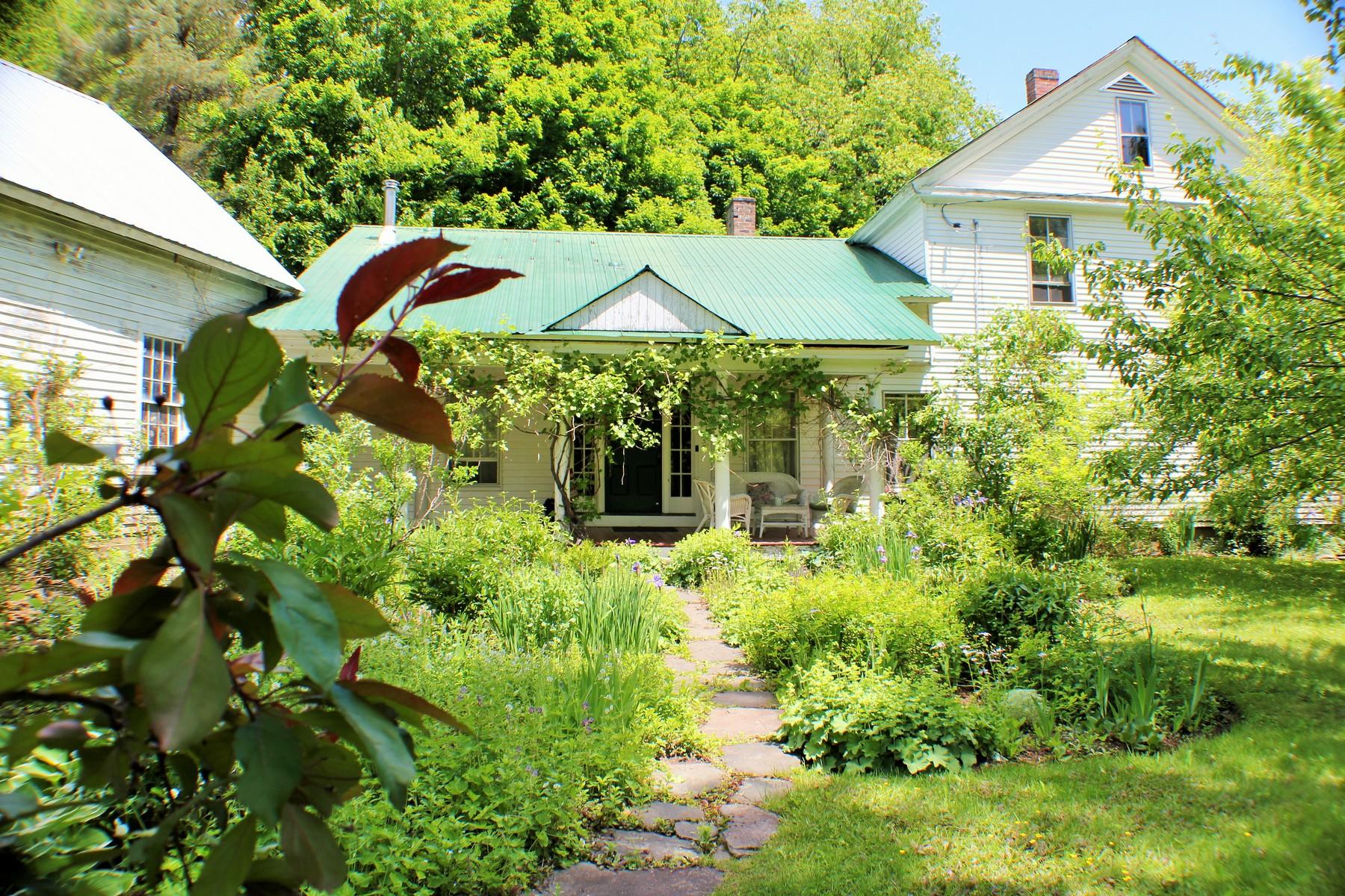 Maison unifamiliale pour l Vente à 28 Elm Street, Cabot Cabot, Vermont 05647 États-Unis