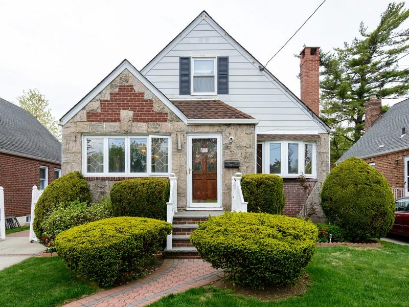 Einfamilienhaus für Verkauf beim Cape 711 Covert Ave New Hyde Park, New York 11040 Vereinigte Staaten