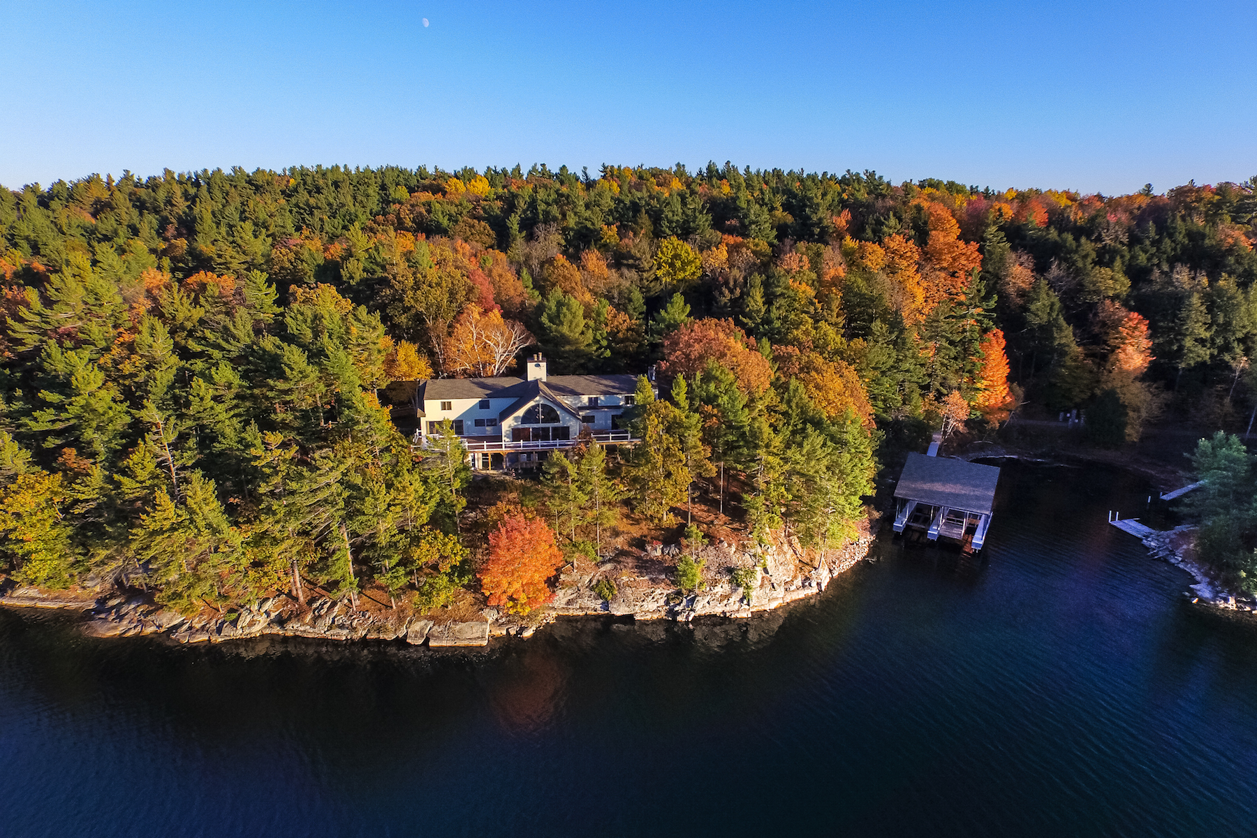 Maison unifamiliale pour l Vente à Majestic Home on St. Lawrence River 19289 Rock Baie Road Wellesley Island, New York 13640 États-Unis