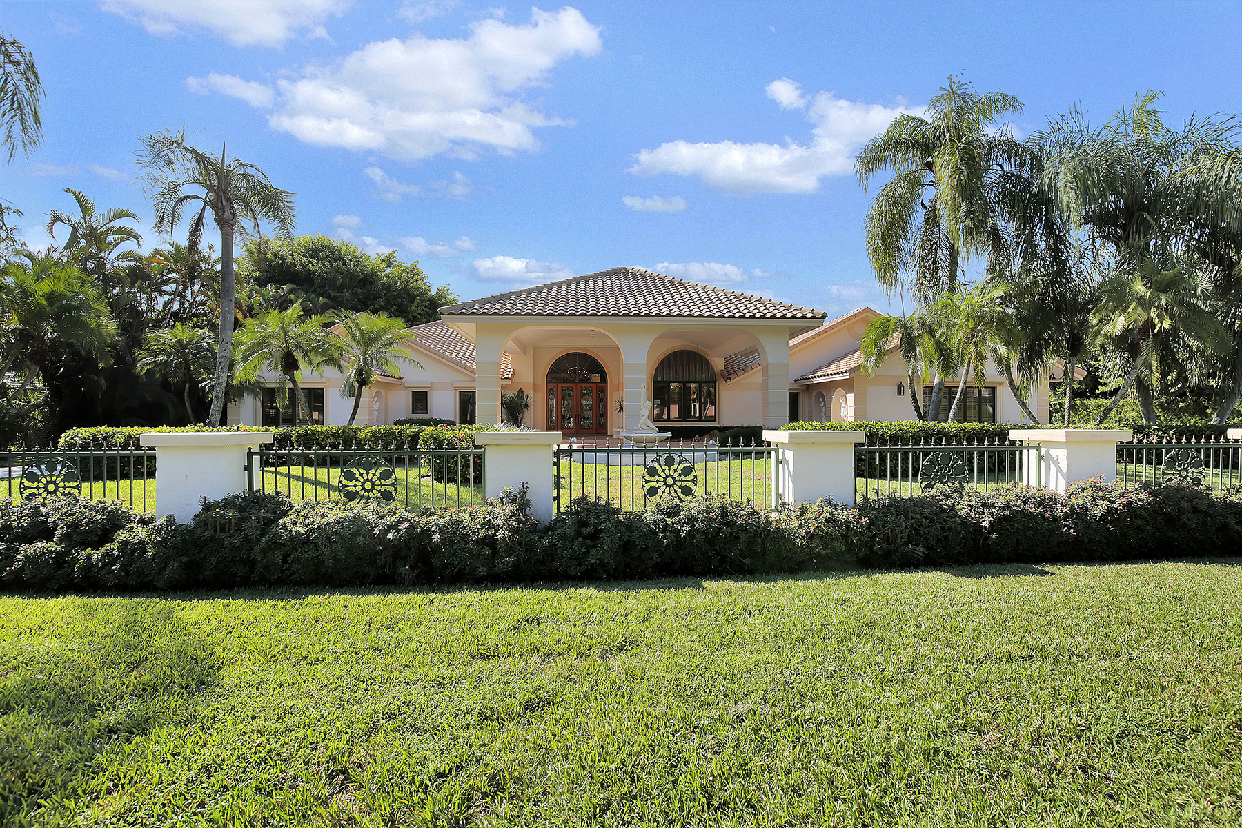 Single Family Home for Sale at QUAIL CREEK 4688 Oak Leaf Dr Quail Creek, Naples, Florida, 34119 United States