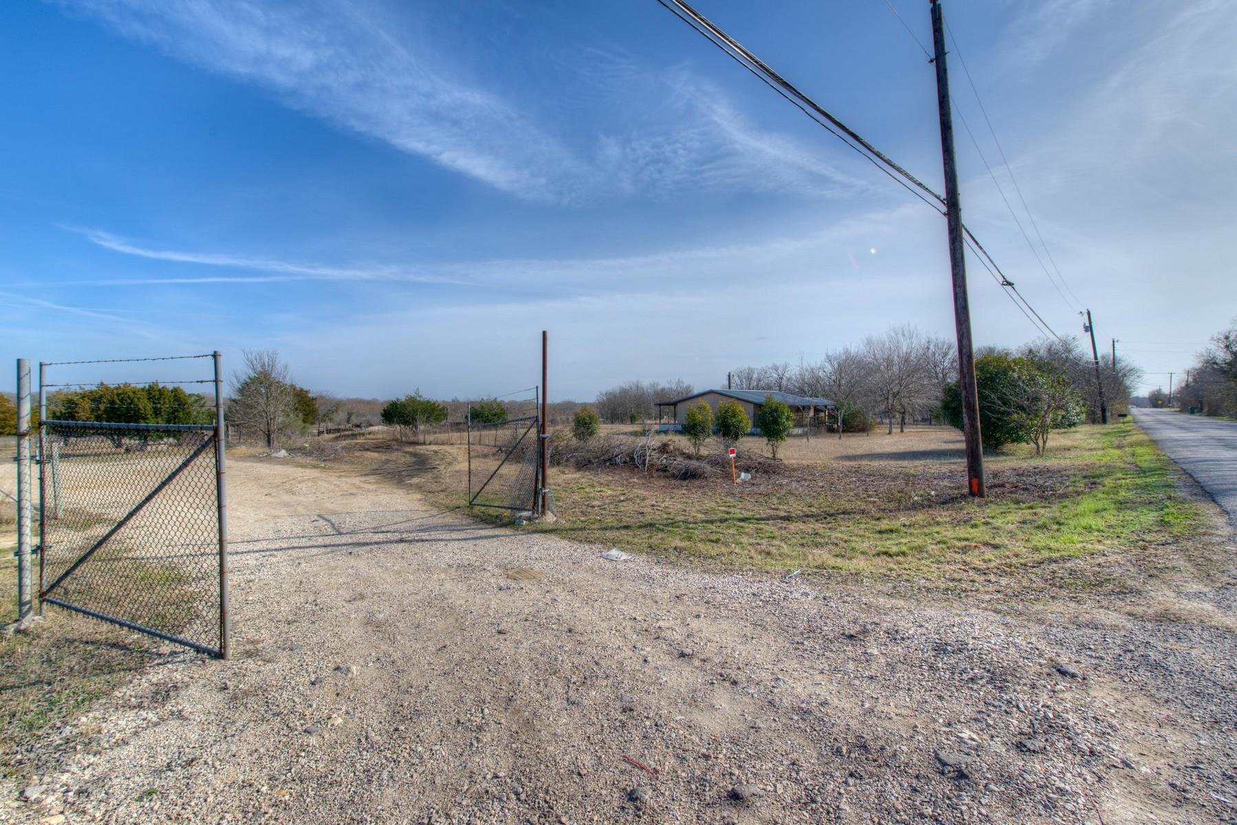 Additional photo for property listing at Creekfront Setting 3920 Dacy Ln Buda, Texas 78610 Estados Unidos