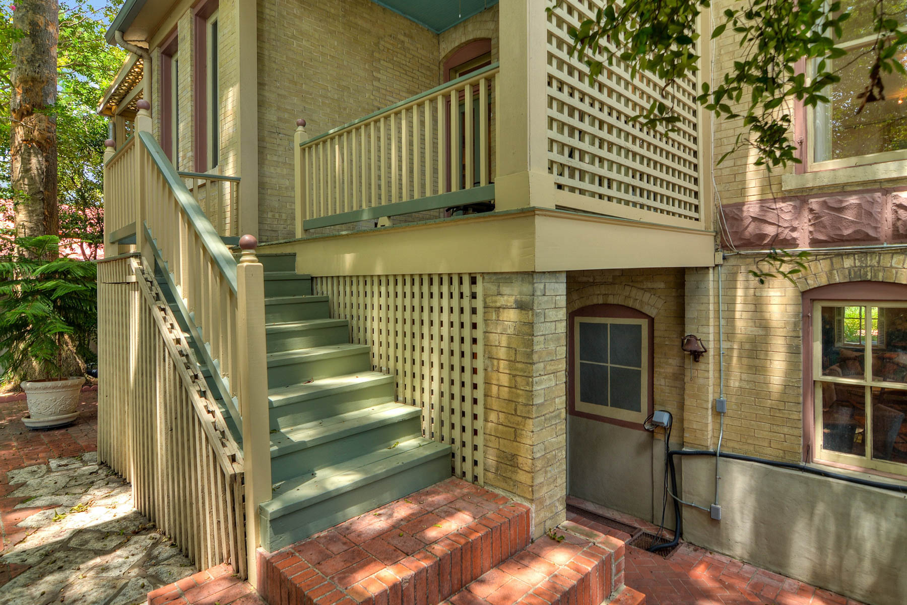 Additional photo for property listing at Majestic, Yet Wonderfully Urban King William Home 202 Madison St San Antonio, Texas 78204 Estados Unidos
