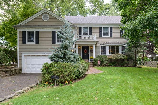 Casa para uma família para Venda às Split 39 Locust St Garden City, Nova York 11530 Estados Unidos