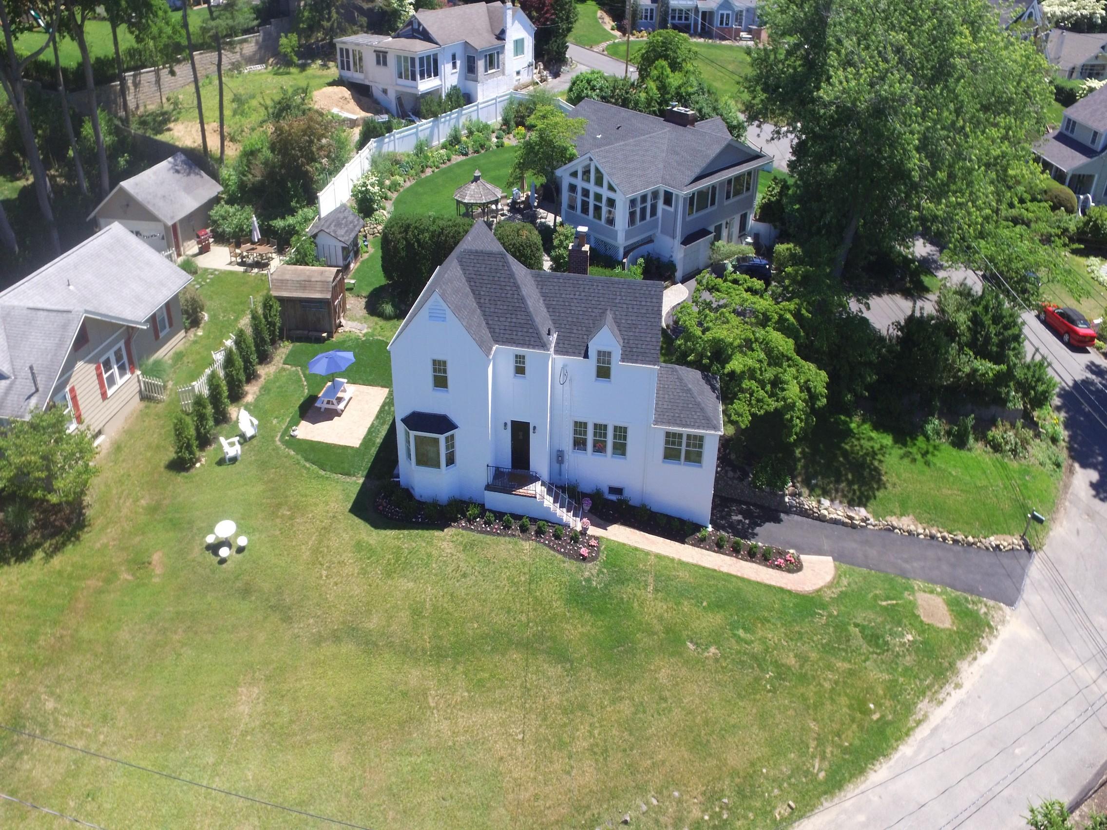 Villa per Vendita alle ore Tudor 1 Hillside Ct Huntington Bay, New York, 11743 Stati Uniti