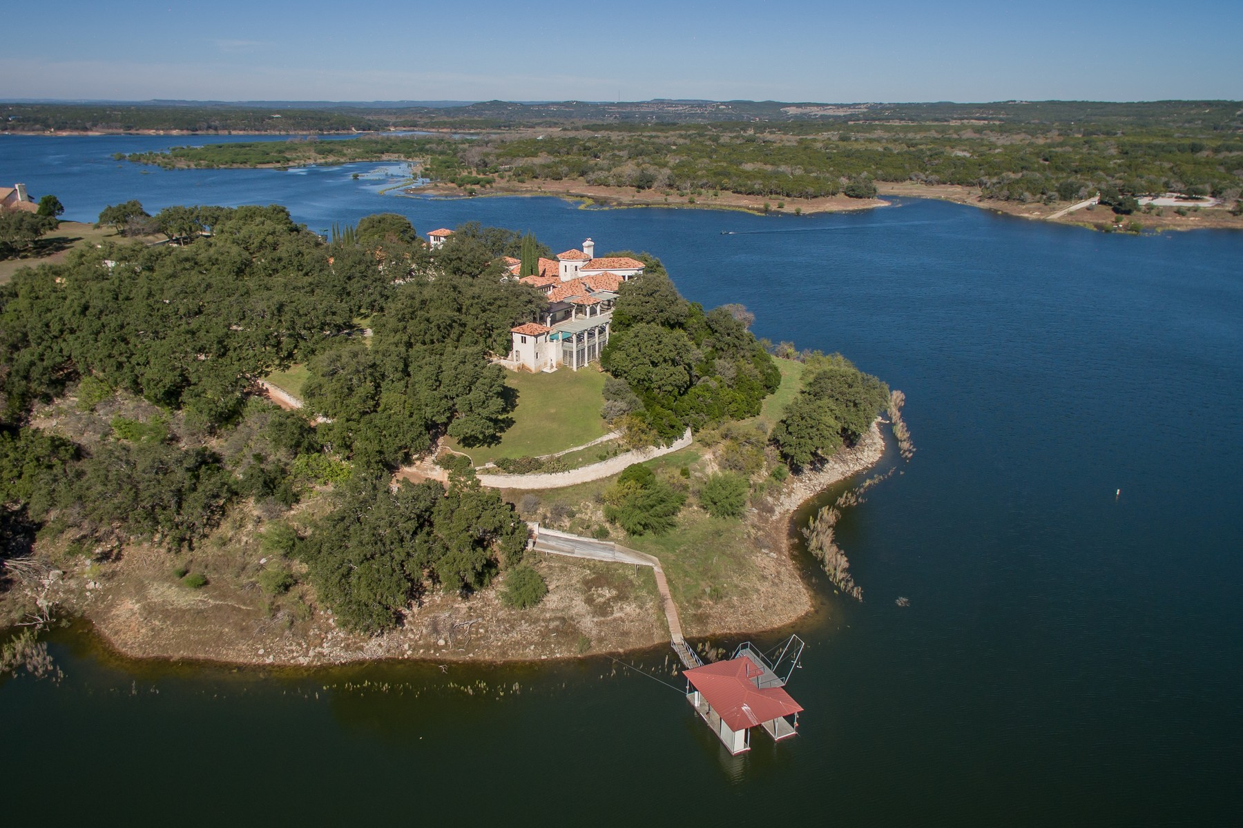 Casa para uma família para Venda às Gated Estate on Lake Travis Peninsula 26100 Countryside Dr Spicewood, Texas, 78669 Estados Unidos