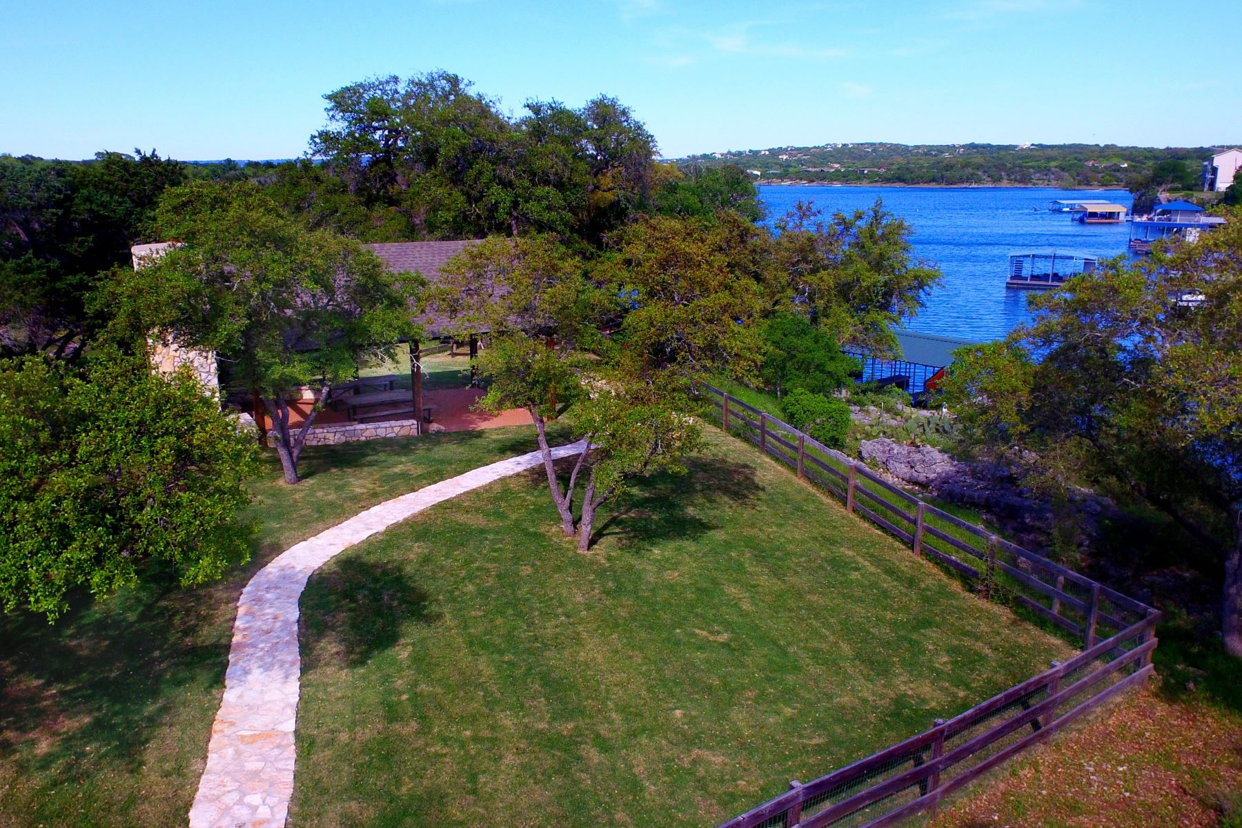 Additional photo for property listing at Beautiful Lot in a Tranquil Community 22709 Mary Nell Ln Spicewood, Texas 78669 Estados Unidos