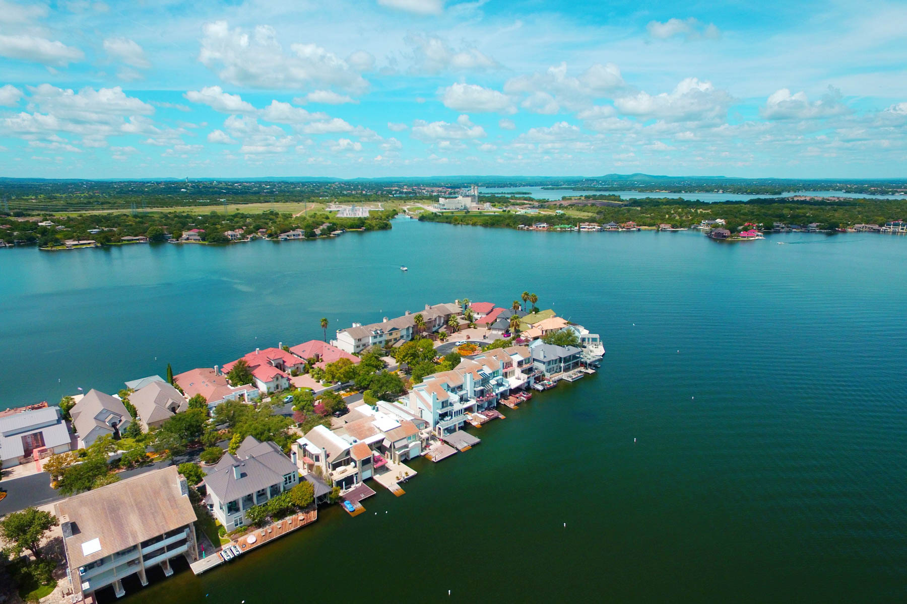 Additional photo for property listing at Lake LBJ Waterfront Townhouse on The Cape 1301 The Cape 3 Horseshoe Bay, Texas 78657 United States