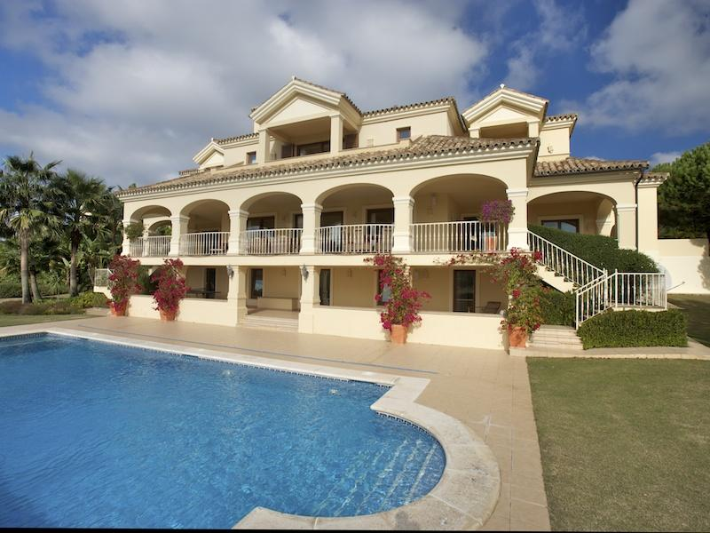 Casa Unifamiliar por un Venta en Great family villa elevated front line golf positi Sotogrande, Costa Del Sol 11310 España