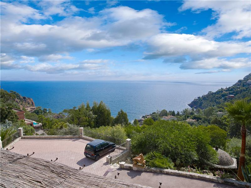 Additional photo for property listing at Belle propriété avec vue mer panoramique  Theoule Sur Mer, Provence-Alpes-Cote D'Azur 06590 France