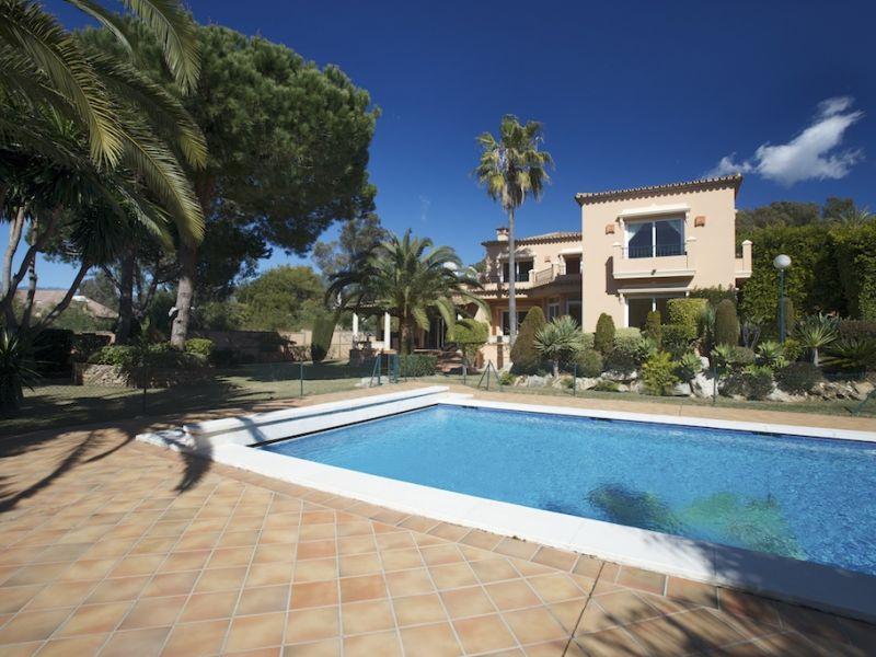 Tek Ailelik Ev için Satış at Beachside villa near the Don Carlos hotel Marbella, Costa Del Sol 29600 Ispanya