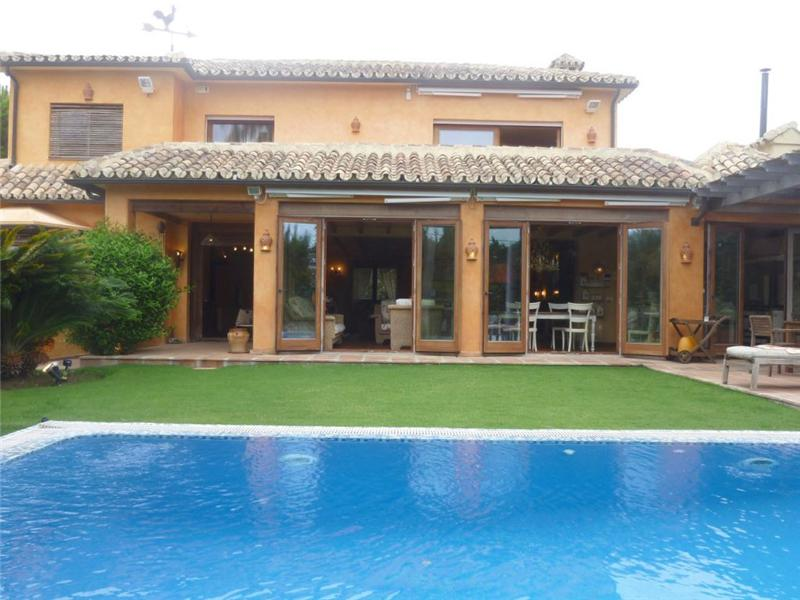 Maison unifamiliale pour l Vente à Villa completely refurbished situated on beachside Marbella, Costa Del Sol, 29600 Espagne
