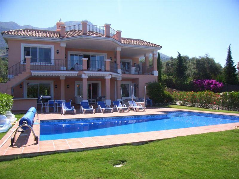 Maison unifamiliale pour l Vente à Family villa with fantastic lake and mountain view Marbella, Costa Del Sol, 29611 Espagne