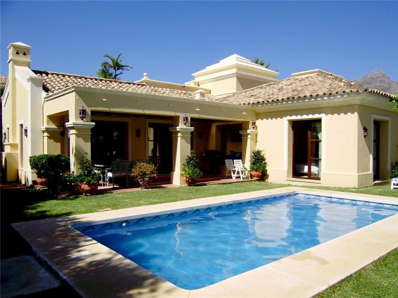 Tek Ailelik Ev için Satış at Lovely villa located in a gated private community Marbella, Costa Del Sol, 29660 Ispanya