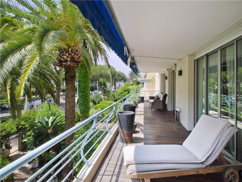 Property Of Cannes La Croisette - 4 roomed apartment