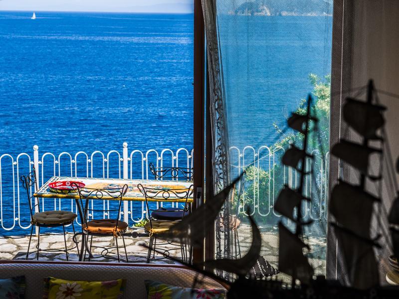 Additional photo for property listing at Villa pied dans l'eau all'Isola d'Elba Marciana Marina Marciana Marina, Livorno 57033 Italia