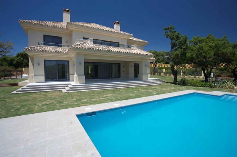 Casa Unifamiliar por un Venta en Brand new classical villa in an exclusive area of Sotogrande, Costa Del Sol, 11310 España