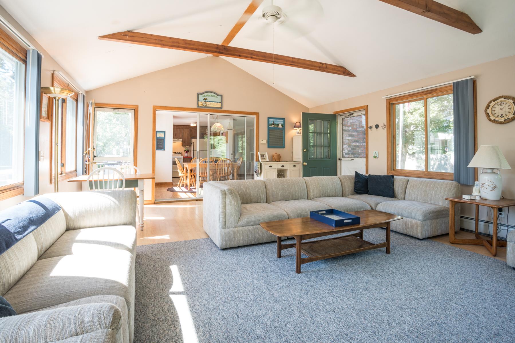Maison unifamiliale pour l Vente à 76 Trotting Park Road, Dennis, MA Dennis, Massachusetts, 02670 États-Unis