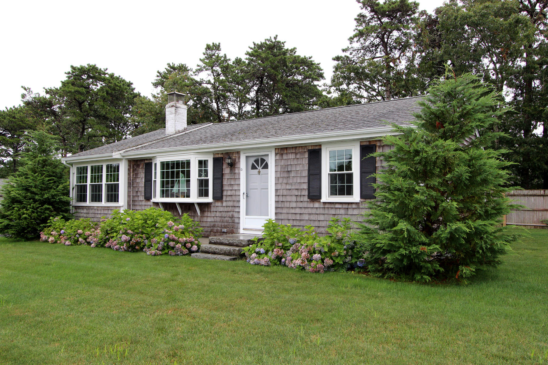 Single Family Homes pour l Vente à 15 College Drive, Dennis, MA 15 College Drive Dennis, Massachusetts 02670 États-Unis