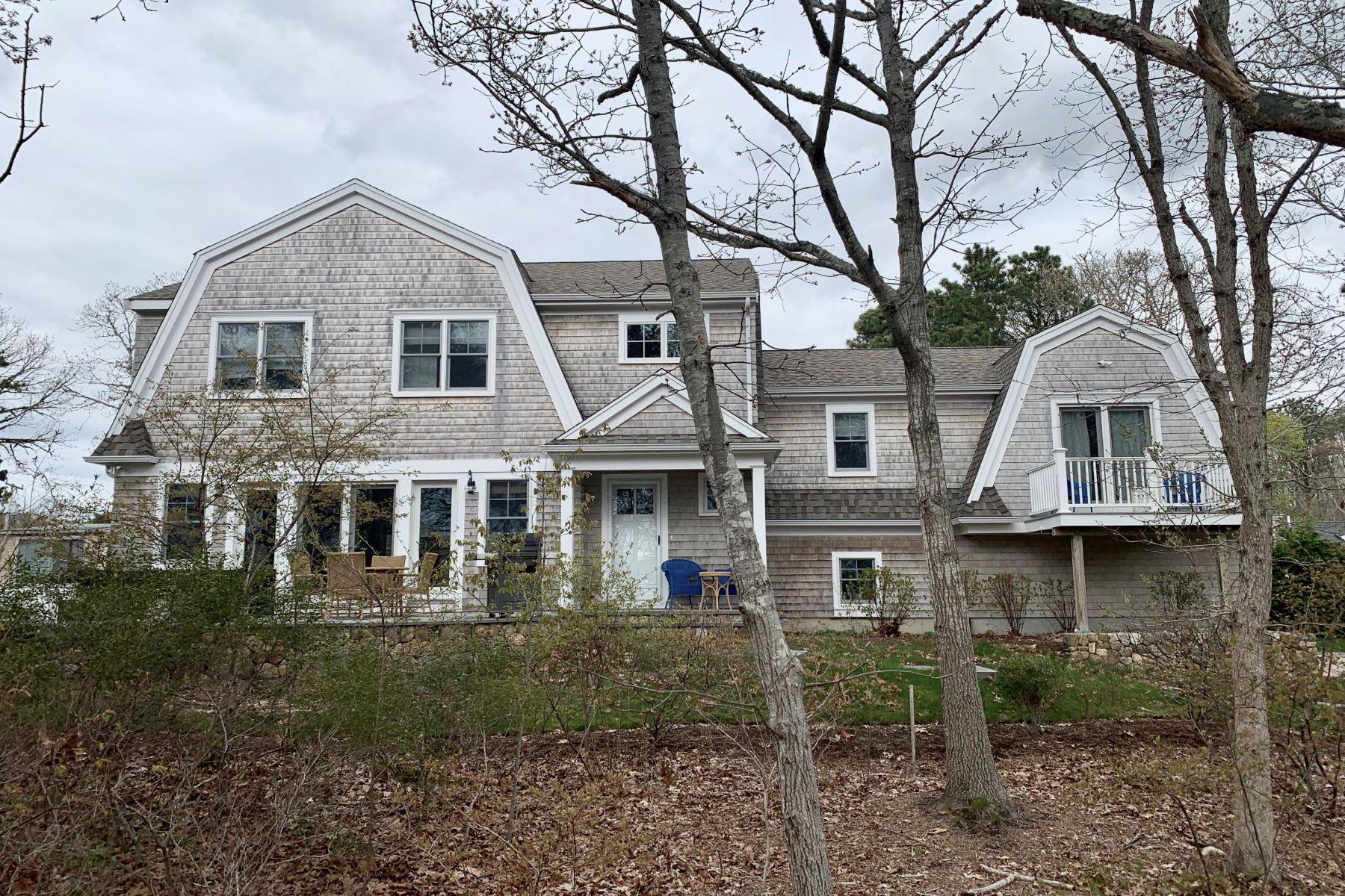 Single Family Homes pour l Vente à 4 Geraldine Avenue, Harwich, MA 4 Geraldine Avenue Harwich, Massachusetts 02646 États-Unis
