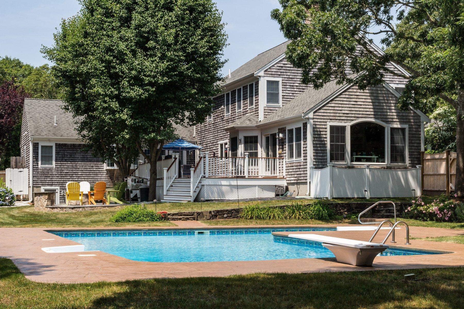 Single Family Homes pour l Vente à 12 Harding Lane, Harwich, MA 12 Harding Lane Harwich, Massachusetts 02645 États-Unis