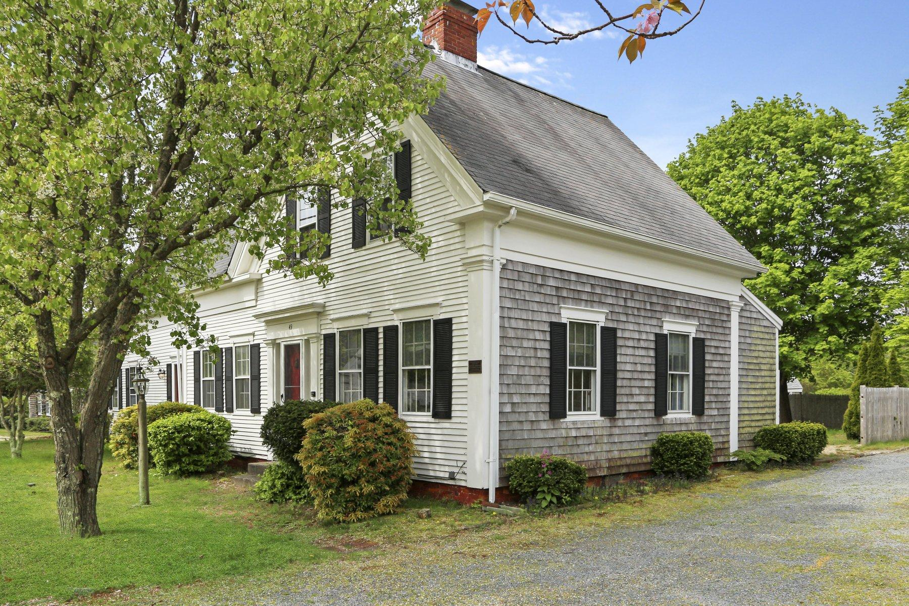Single Family Homes pour l Vente à 49 N Main Street, Yarmouth, MA 49 N Main Street Yarmouth, Massachusetts 02664 États-Unis