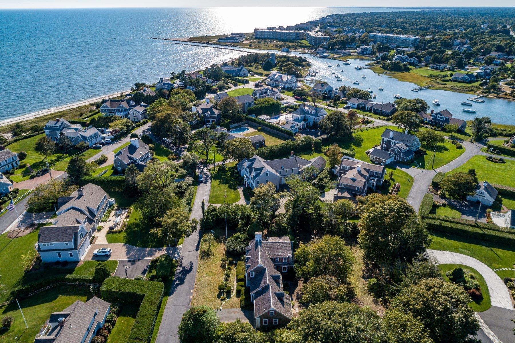 Single Family Homes pour l Vente à 16 Pine Lane, Harwich, MA 16 Pine Lane Harwich, Massachusetts 02671 États-Unis