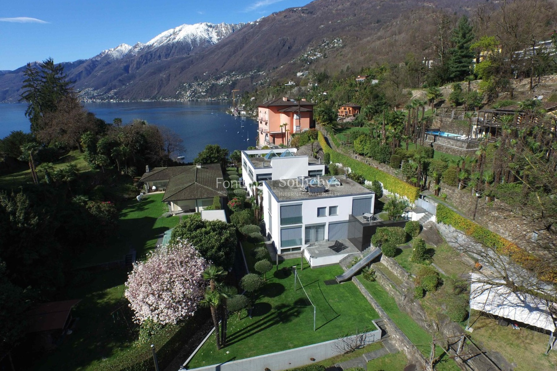 Einfamilienhaus für Verkauf beim Great contemporary villa with private beach, pool and guest house Ascona Locarno, Ticino, 6600 Schweiz