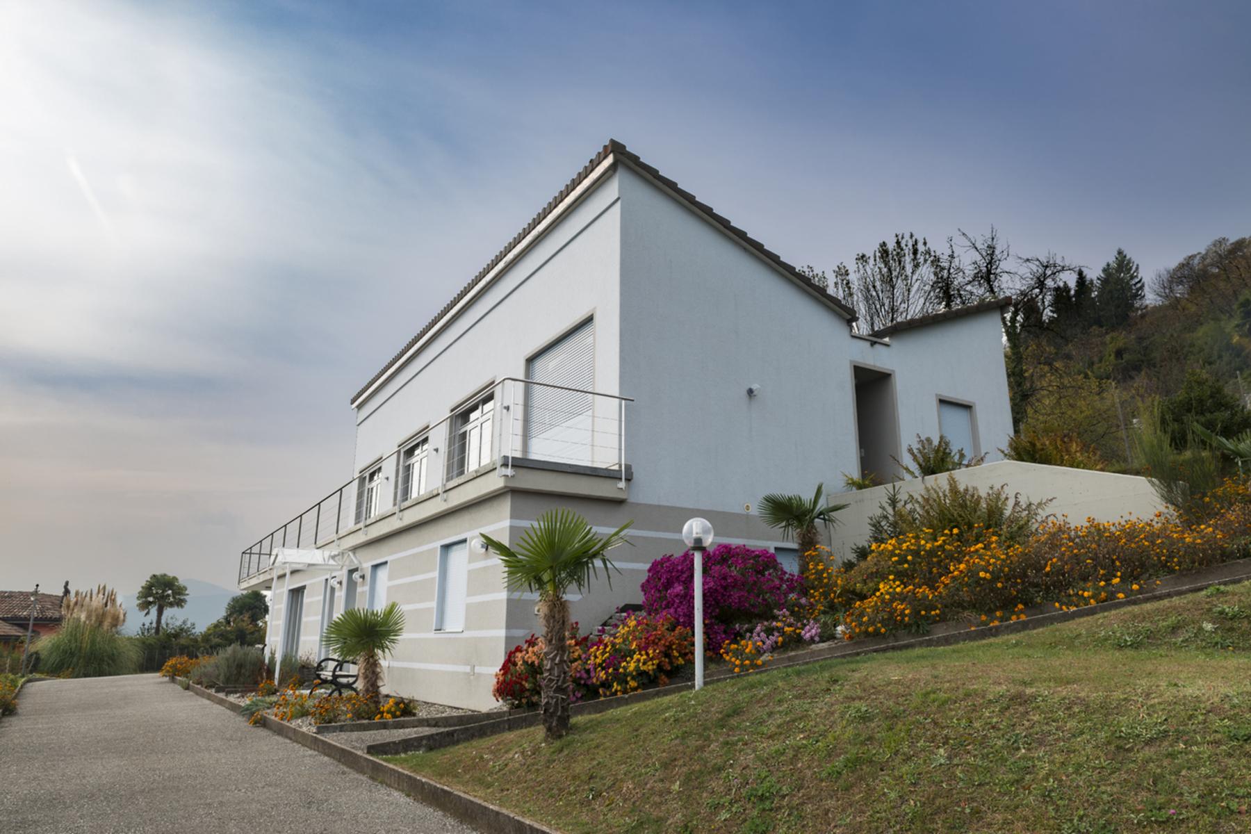 واحد منزل الأسرة للـ Sale في Large property overlooking position Vernate, Vernate, Ticino, 6992 Switzerland