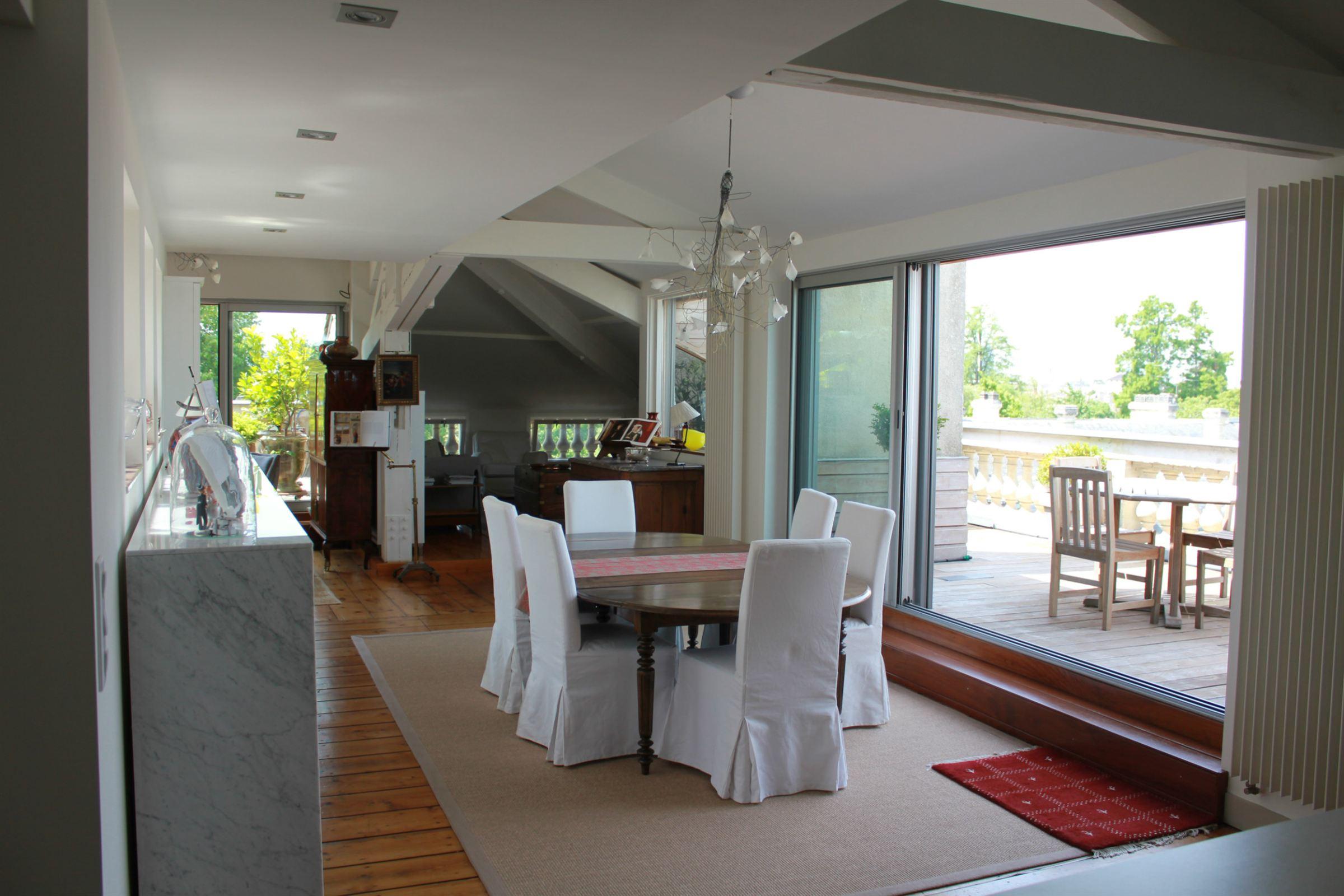 Appartement pour l Vente à JARDIN PUBLIC ELEGANT APARTMENT WITH TWO TERRACES Bordeaux, Aquitaine 33000 France