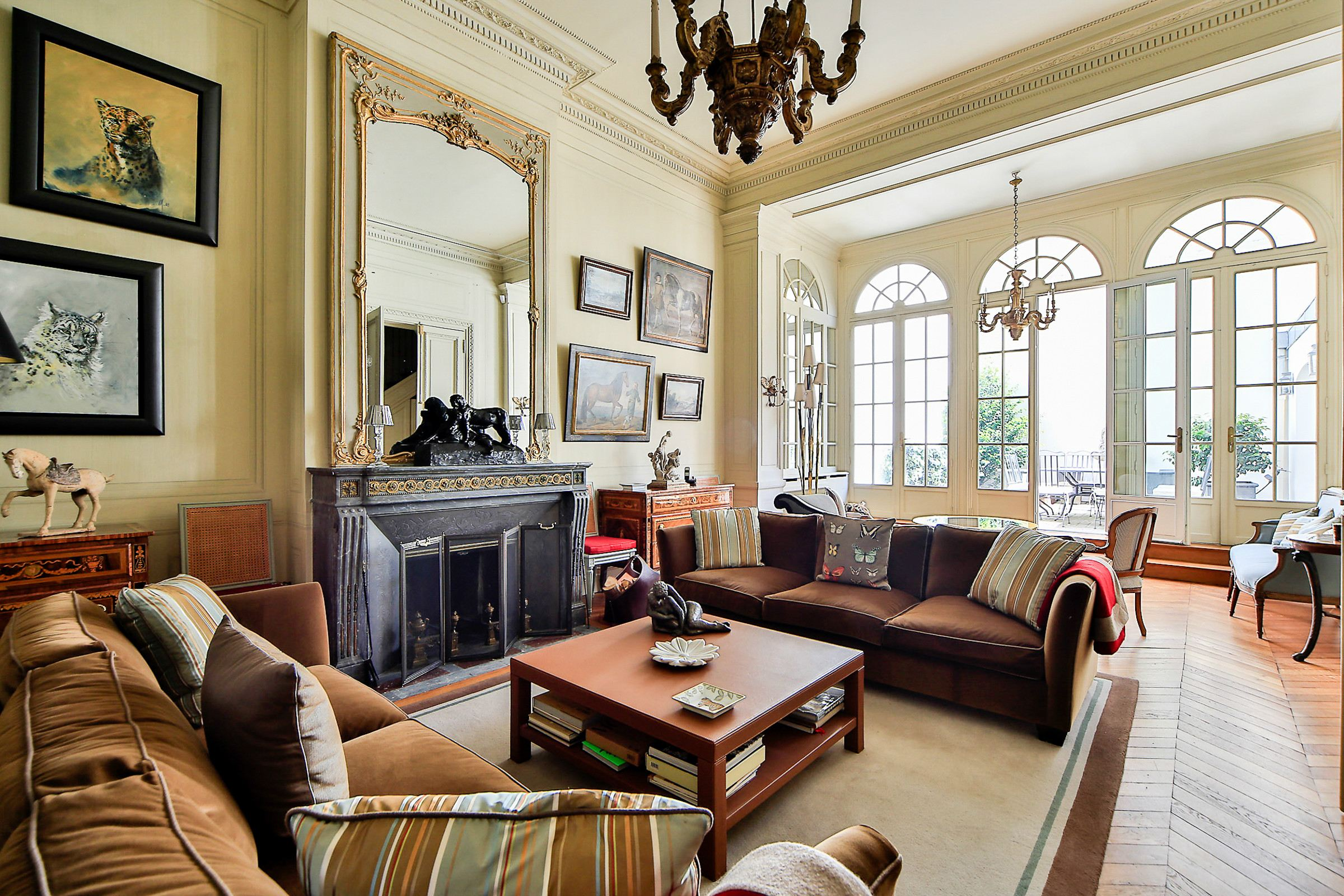 Apartamento por un Venta en Paris 16 - Etoile. Apartment. Wonderful high ceilings. Paris, Paris 75116 Francia