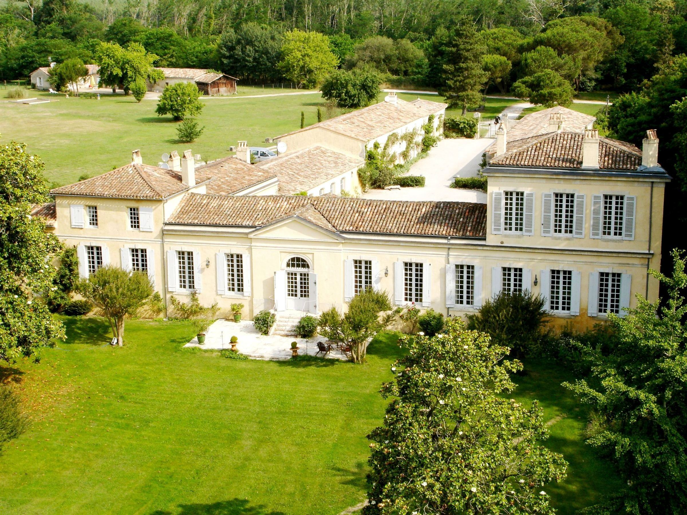 Villa per Vendita alle ore STUNNING ESTATE - 10KM FROM DOWNTOWN BORDEAUX- EASY ACCESS TO THE AIRPORT Bordeaux, Aquitania, 33000 Francia