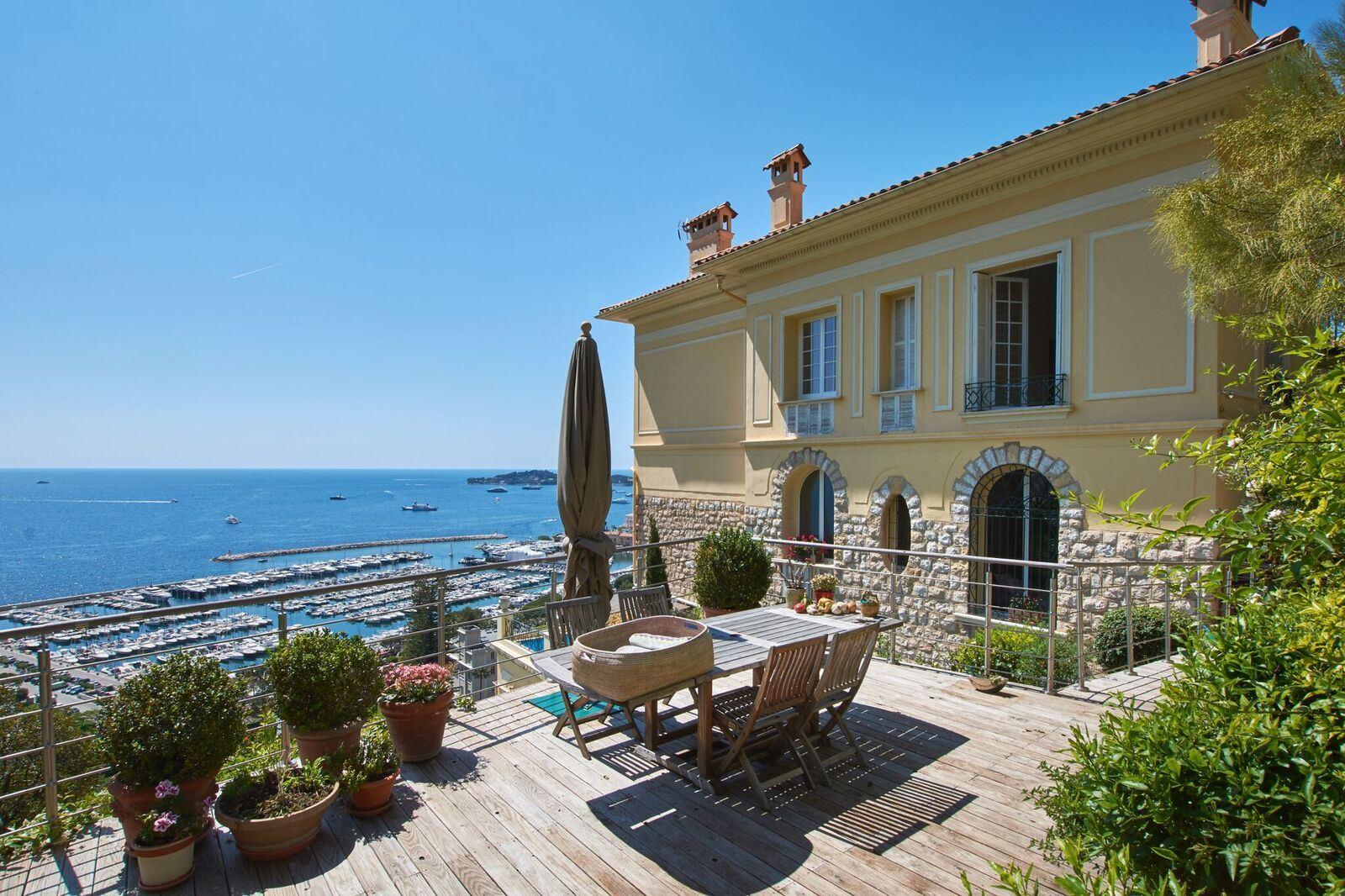 Apartments por un Venta en Stunning bourgeois apartment with magnificent sea view in Beaulieu-sur-Mer Beaulieu Sur Mer, Provincia - Alpes - Costa Azul 06310 Francia
