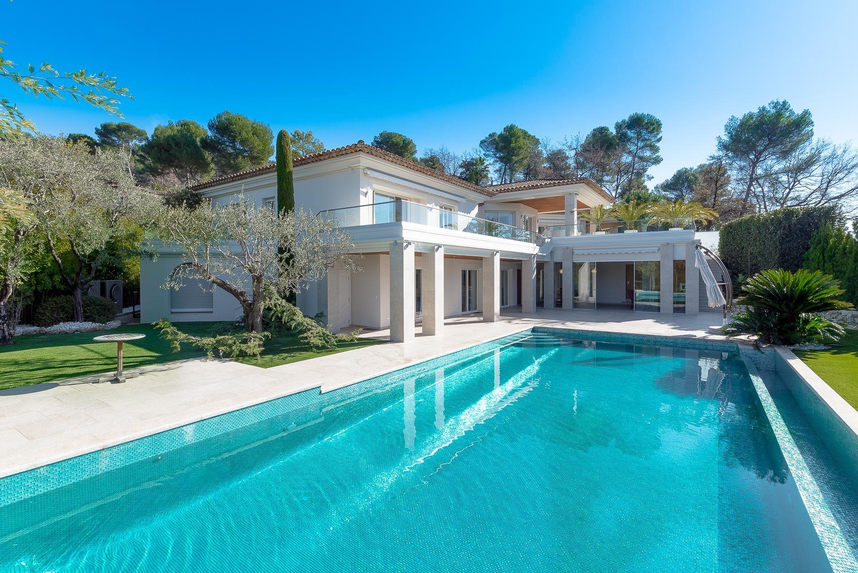 Single Family Homes por un Venta en Luxurious 500 sq.m villa on a prime location in Mougins. Mougins, Provincia - Alpes - Costa Azul 06250 Francia