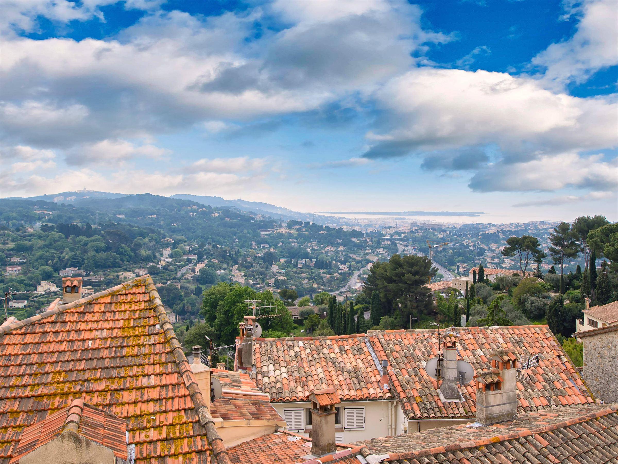 Apartamento por un Venta en Roof top flat in heart of Village of mougins with sea views for sale Mougins, Provincia - Alpes - Costa Azul 06250 Francia