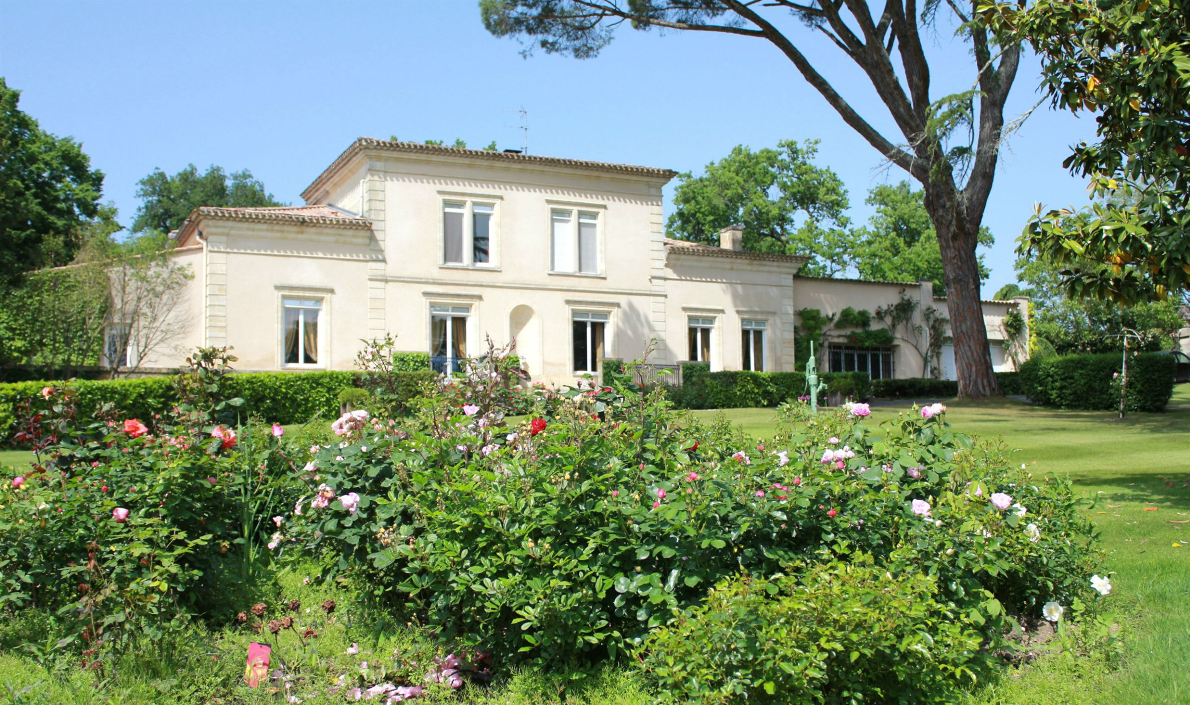 Property For Sale at EXCEPTIONAL PROPERTY NEAR BORDEAUX FOR GOLFERS!