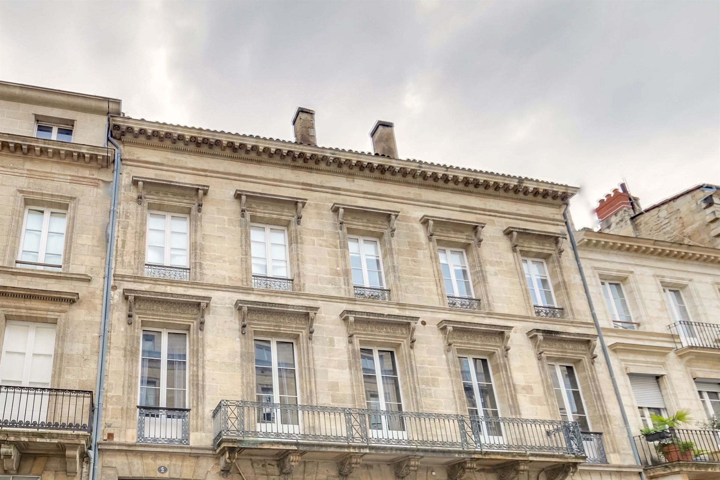 Apartamento por un Venta en DOWNTOWN BORDEAUX - VAST 4 BEDROOM DUPLEX WITH 2 TERRACES AND PARKING SPACES Bordeaux, Aquitania, 33000 Francia