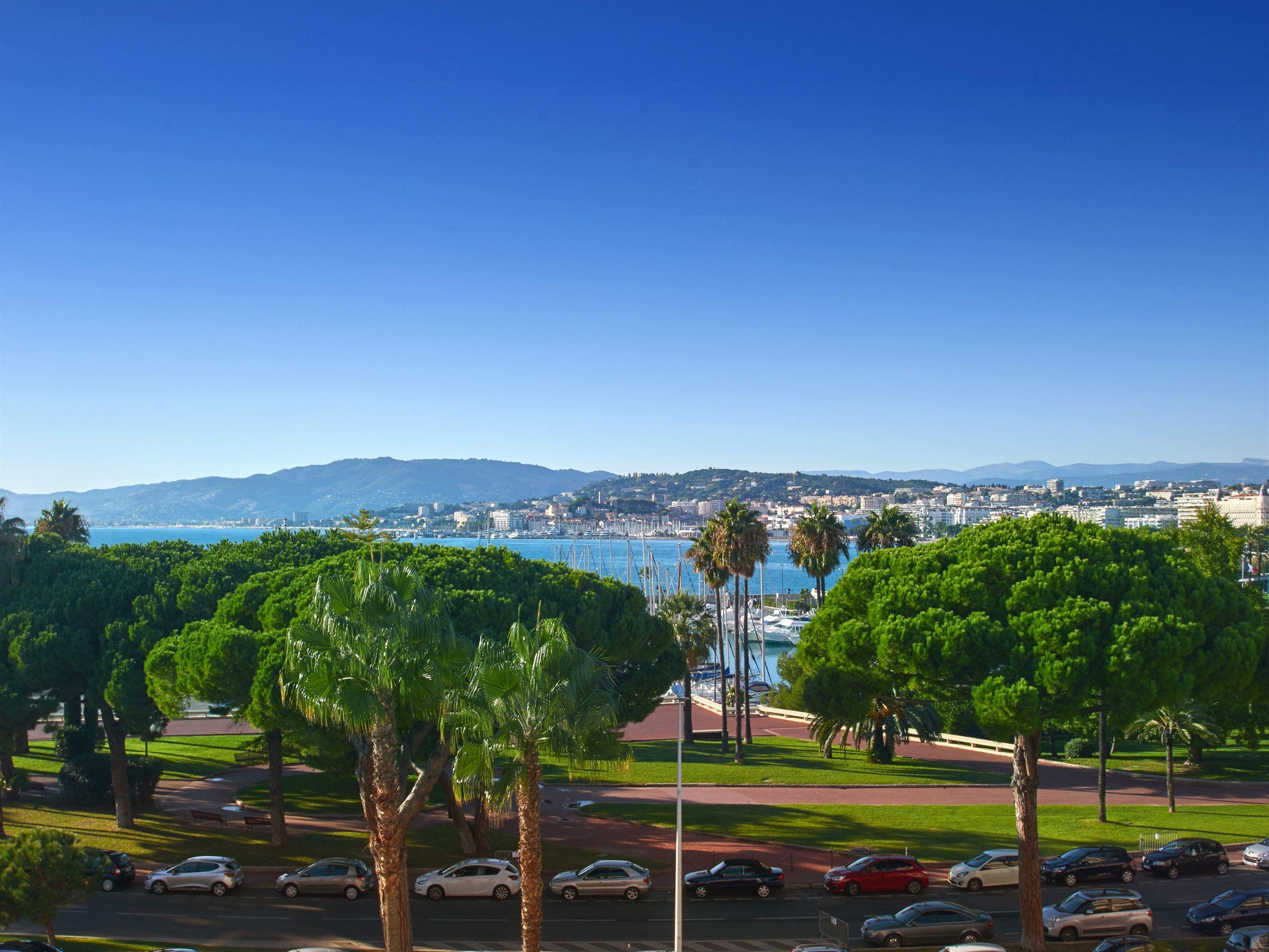 アパート のために 売買 アット Cannes Croisette 3 roomed apartment for sale with sea view Cannes, プロバンス=アルプ=コート・ダジュール, 06400 フランス